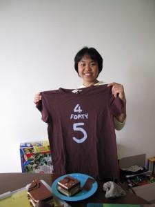 還送了一件45rpm T恤給她...可惜香港還是把她污染了, 來了一年就無心機做事