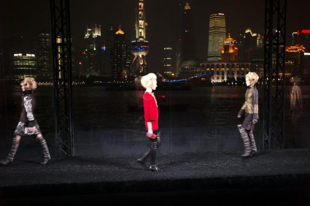 整個上海夜景和黃埔江就成了T台/Catwalk的背景