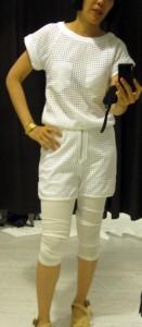 白格子有上衣有短褲,但成套穿麻麻地