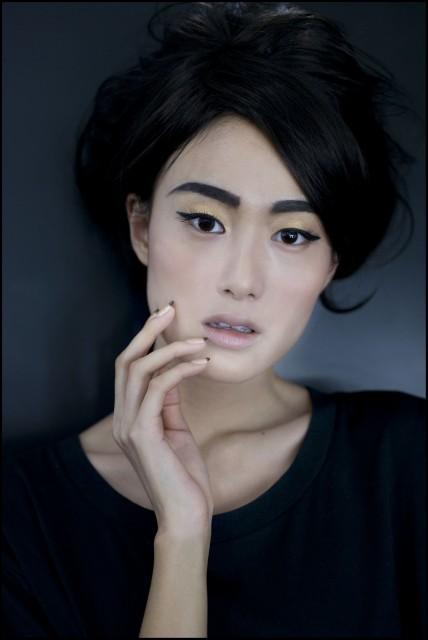 黑和金在Chanel眼中是代表中國的顏色,金色眼影用黑眼線來點睛