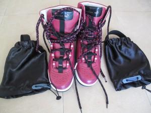鞋分兩部分,有一個反光布筒