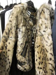 MO & Co.的豹紋毛毛衣剪裁造得好,穿起不臃腫